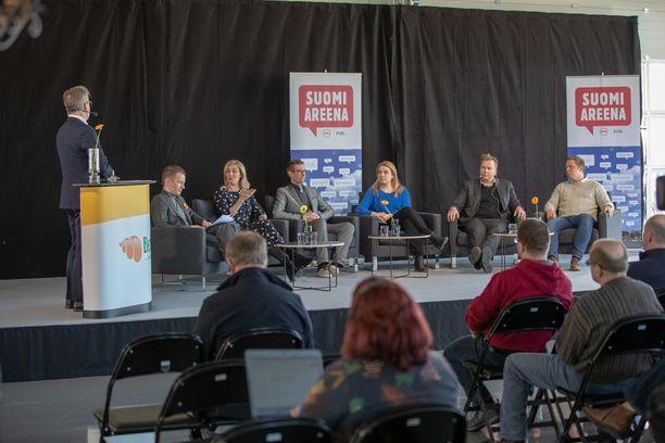 Eduskuntapuolueiden edustajat keskustelemassa matkailun vaikutuksista ilmastoon 3.4. järjestetyssä SuomiAreena Goes Matkailun ilmastovaikutukset -tilaisuudessa.