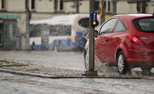 Liikenneturvan teettämän kyselyn mukaan seitsemän prosenttia autoilijoista ei välitä, roiskuttaako ajaessaan kuraa jalankulkijoiden päälle.