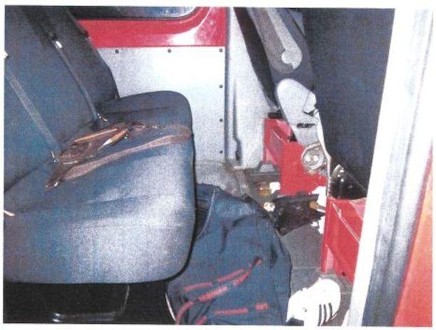 Laukut olivat pakettiauton penkkien välissä hetkellä jolloin poliisi pysäytti auton.