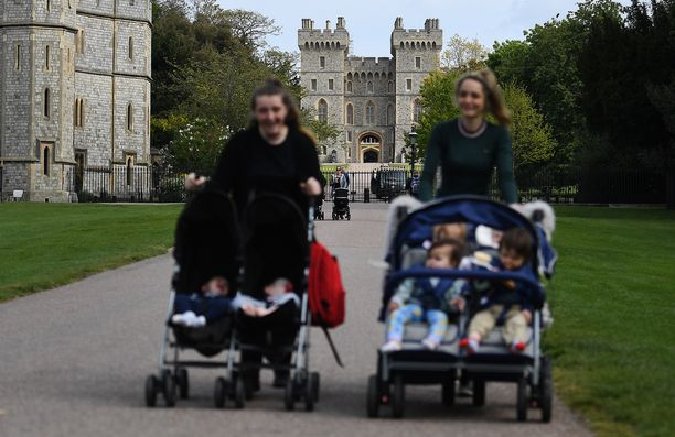 Lastenhoitajia Windsorin linnan lähettyvillä. Britanniaan tarvittaisiin vuodessa 45 000 au pairia.
