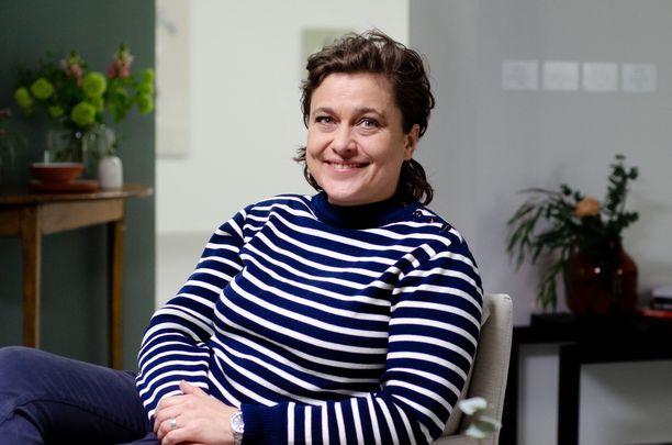 Silvia on naimisissa naisen kanssa ja muistelee illan ohjelmassa myös, minkälaisen vastaanoton aikanaan sai, kun kertoi homoseksuaalisuudestaan uskossa olevalle äidilleen.
