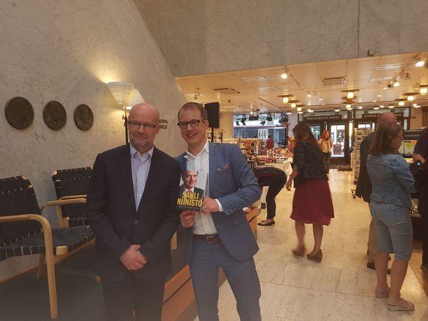 Matti Mörttinen (vas) on Aamulehden artikkelitoimituksen päällikkö ja Lauri Nurmi Aamulehden politiikan toimittaja. Heidän uutuskirjansa julkistettiin Helsingissä maanantaina. KUVA: MIKA KOSKINEN/IL.