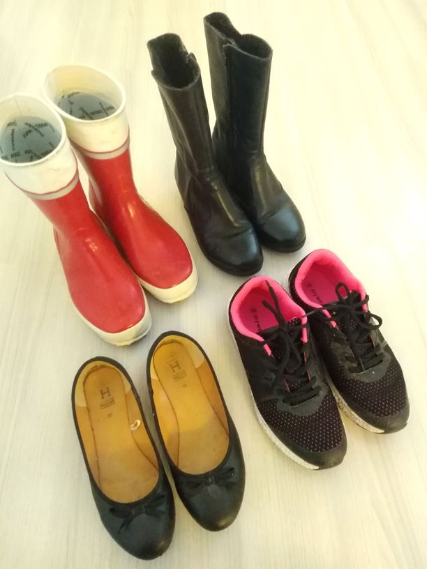 Leena omistaa neljä kenkäparia. Mustat, ajattomat ballerinat kesäksi. Tummat, siistit saapikkaat menevät syksystä kevääseen. Lisäksi aivan sadesäille on kumisaappaat ja retkeilyyn lenkkarit.