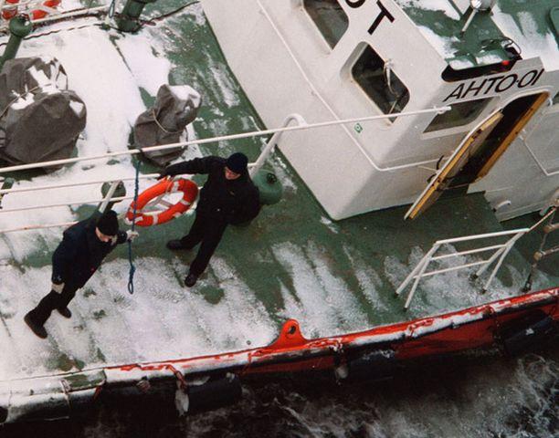 Luotsien tehtävänä on opastaa laivat turvallisesti avomeriltä satamiin ja niistä ulos.