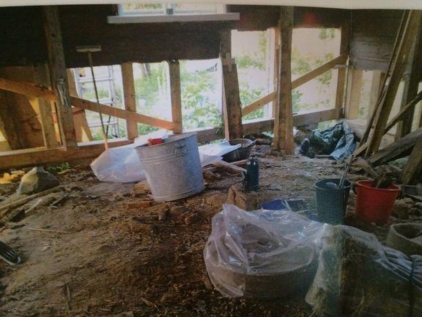 Lattia purettiin ja sen alla oleva tila täytettiin uudestaan.