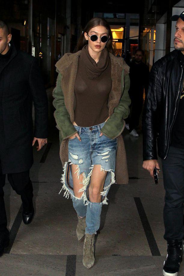Gigi Hadid edusti Milanon muotiviikoilla repaleisissa farkuissa.