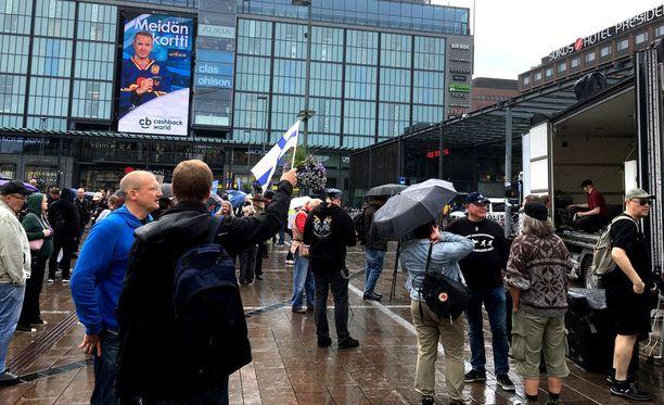 Varsinaisessa mielenosoituksessa oli osallistujia noin parisataa.