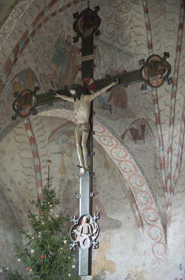 Kuvassa Pyhän Laurin kirkon krusifiksi.