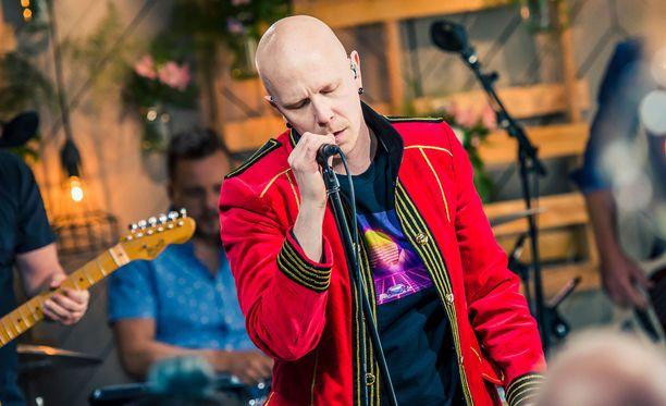 Toni WIrtanen esitti Kaija Koolle kirjoittamansa ja säveltämänsä kappaleen Vapaa.