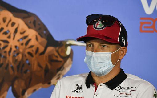 Outo näky: Kimi Räikkönen istahti tyhjään pressitilaan maski päässä – Jäämieheltä kysyttiin myös Robinista