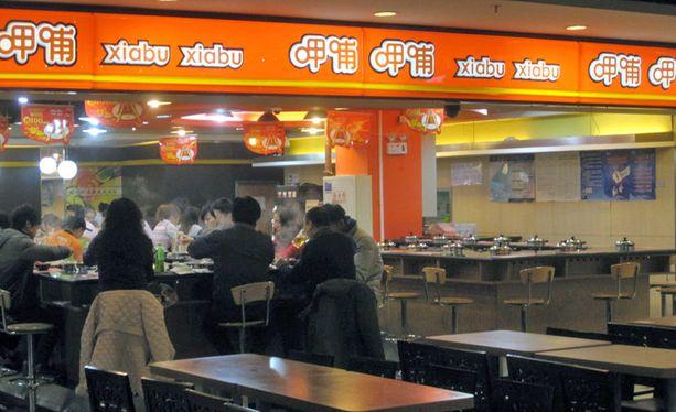 Hot pot -ravintolassa vihanneksia, lihoja ja mereneläviä kypsennetään kuumassa lihaliemessä.