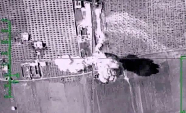 Kuva Venäjän puolustusministeriön sivuillaan marraskuun alussa julkaisemasta videosta, jossa on ministeriön mukaan käynnissä ilmaisku Isistä vastaan Syyriassa.