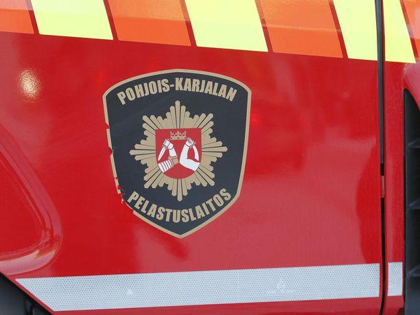 Pohjois-Karjalan pelastuslaitos kiittää palaneen auton omistajia esimerkillisestä toiminnasta.