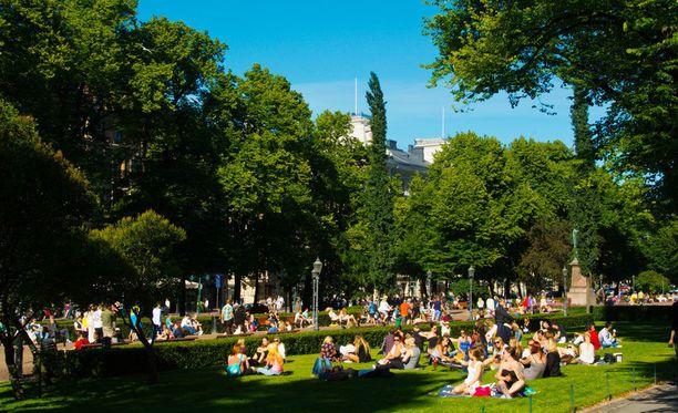 Helsinkiläisiä Esplanadin puistossa.