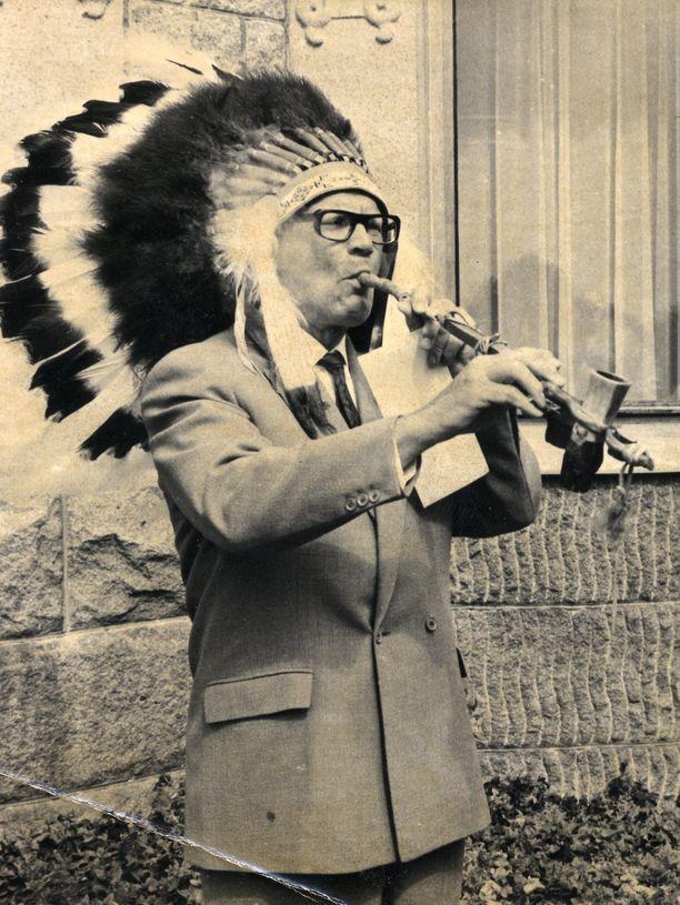 Urho Kekkonen poltti vuonna 1973 rauhanpiippua kanadalaisten Ojibwa-intiaanien kanssa Naantalin Kultarannassa.