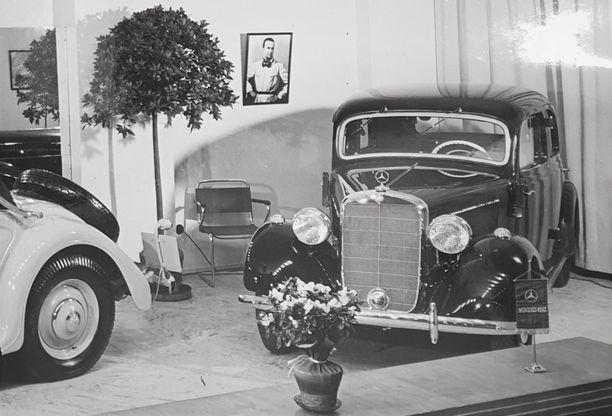 Koriltaan samanlainen Mercedes-Benz autonäyttelyssä Helsingissä 1930-luvulla.