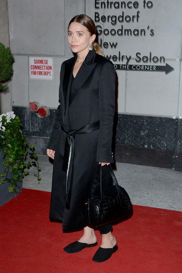 Ashley Olsen on piilotellut valokuvaajilta epäonnistuneen operaationsa jälkeen. Kuva joulukuulta.