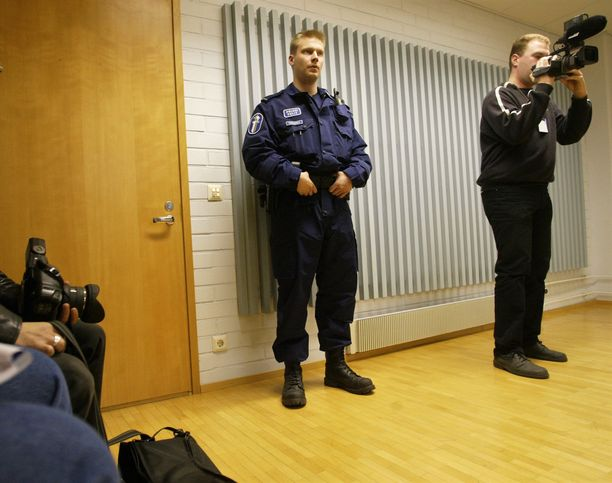 Molemmat kolmoismurhaepäillyt vangittiin kesäkuussa 2004 Oulun käräjäoikeudessa.. Kuva on oikeussalin edestä, salissa ei saanut kuvata.