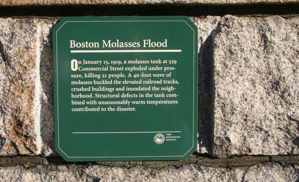 Paikalle on kiinnitetty laatta Bostonin melassitulvan muistoksi.
