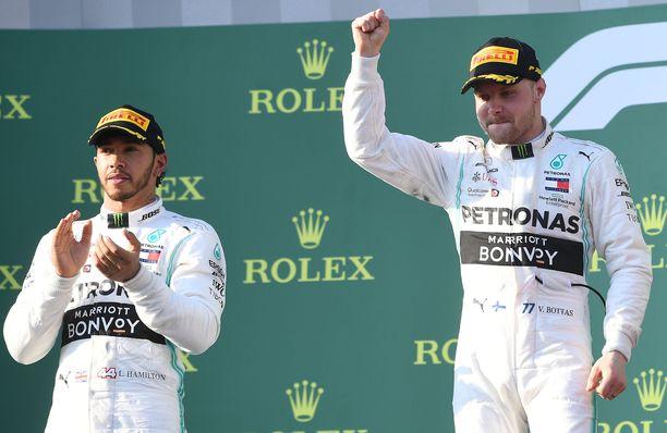 Lewis Hamilton ja Valtteri Bottas sinetöivät Mercedekselle kaksoisvoiton heti kauden ensimmäisessä kilpailussa.