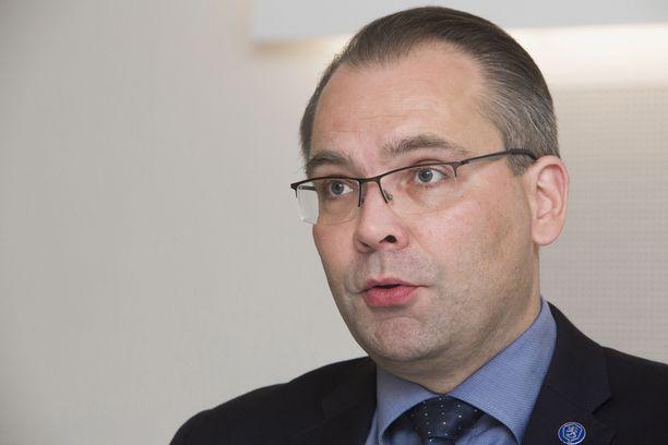 Maanantaina eduskunnassa työhuonettaan siivomassa ollut puolustusministeri Jussi Niinistö (sin) kertoi päivän aikana pystyneensä jo nauramaan sinisten surkealle vaalitulokselle.