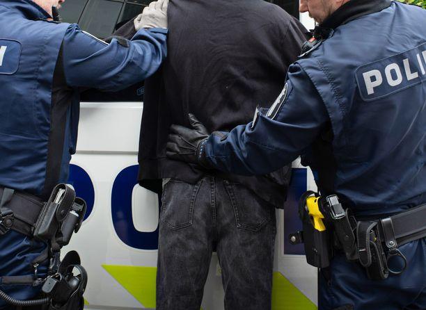 Poliisi kohtasi väkivaltaisen kapakkarähinöijän Kajaanissa. Kuvituskuva.