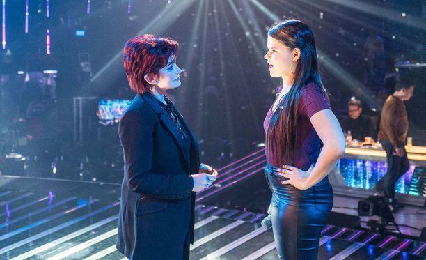 Sharon Osboure ja Saara Aalto neuvonpidossa perjantain harjoituksissa.