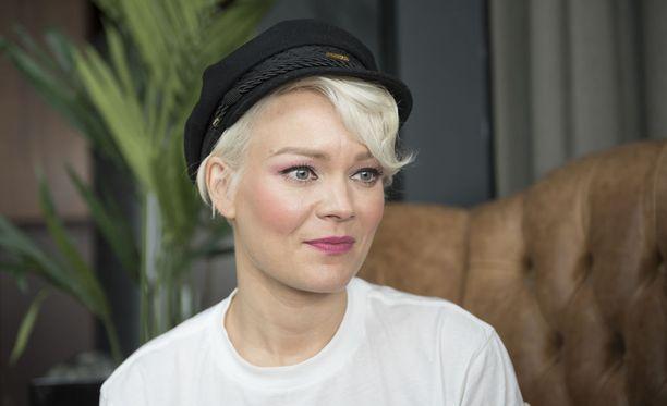Laulaja Anna Puu kertoo Ilta-Sanomien haastattelussa peruneensa kesän keikat.