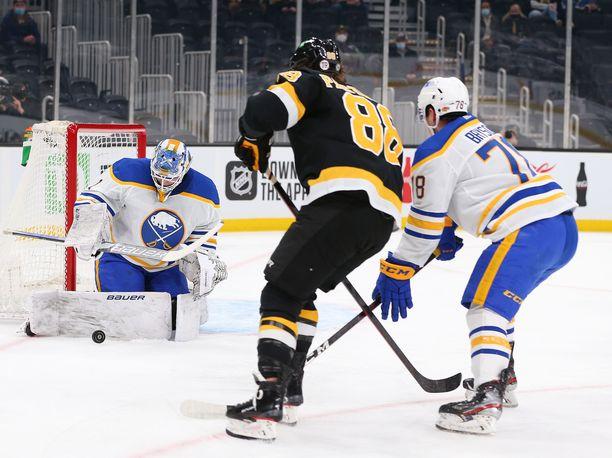 Ukko-Pekka Luukkosen peli päättyi Bostonia vastaan toisen erän lopussa.