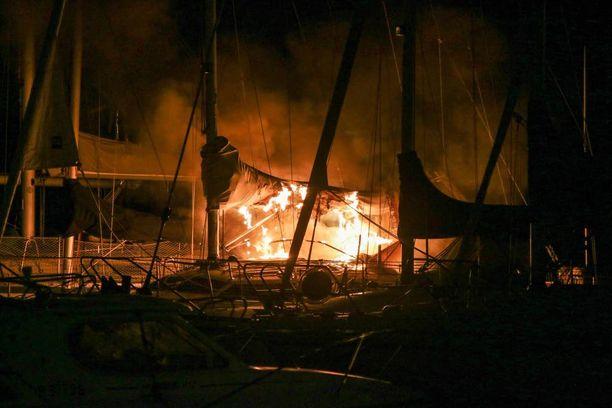 Liekit eivät aiheuttaneet vahinkoa sataman muille veneille.