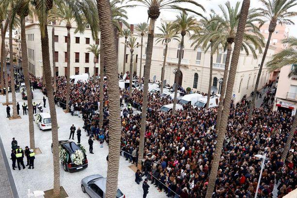 Hautajaisiin osallistui satapäin ihmisiä.