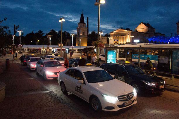 Uusilla taksitoimijoilla on ollut vaikeuksia lainsäädännön kanssa myös Tampereella. Arkistokuva.