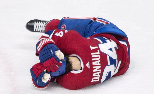 Phillip Danault piteli tuskaisena päätään osuman jälkeen.