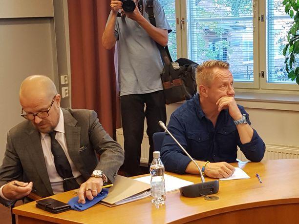 Olli Lindholm kertoi käräjillä näkemyksistään Yö-yhtyeen palkkioiden jakamisesta.