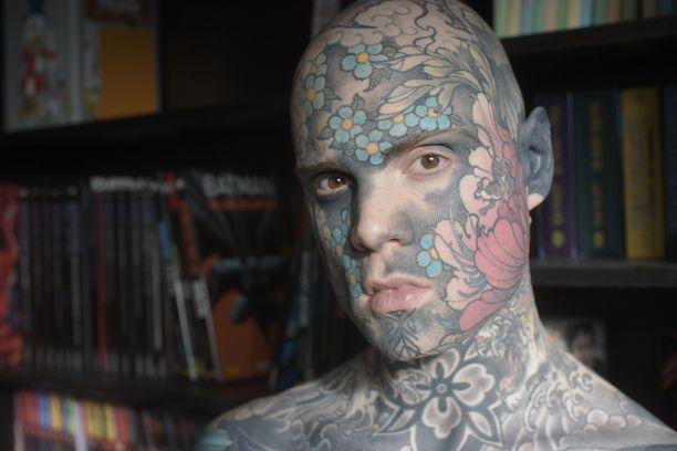 Helainen tatuoinnit tuovat miehelle paljon iloa.