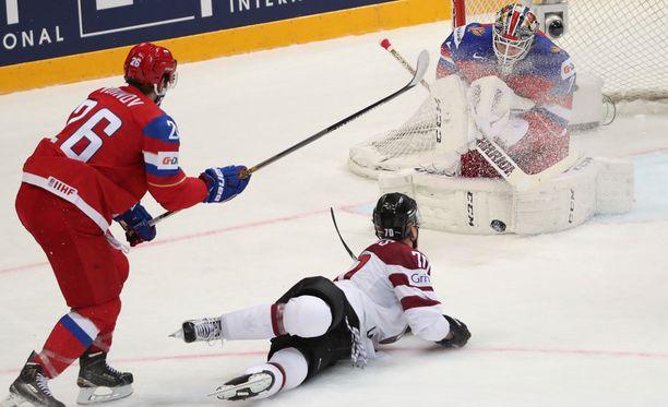 Venäjän ja Latvian ottelun tuomaristolta nähtiin melkoinen uinahdus.