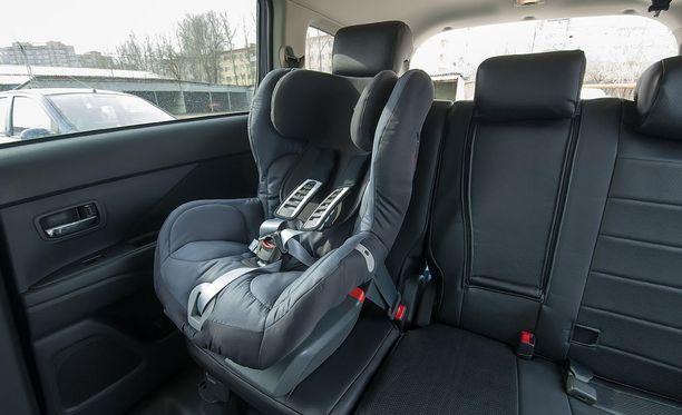Sivullinen löysi vauvan kuumasta autosta. Kuvituskuva.