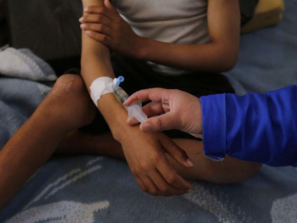 Jemenin lasten tilanne on katastrofaalinen. Kuvan lasta hoidettiin tällä viikolla kurkkumädän vuoksi sairaalassa Sanaassa.