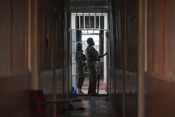 Turvallisuusjoukot tarkistivat opiskelija-asuntolaa iskun jälkeen.
