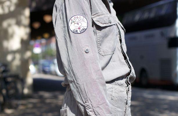 Girl Gang, mutta sydämin ja lakatuin kynsin, julistaa tämä hihamerkki. Kööpenhaminan muotiviikkojen kantamia teemoja olivat kehopositiivisuus ja feministinen manifesti.