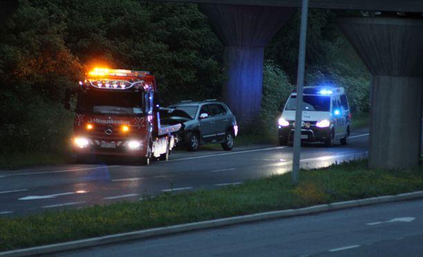 Henkilöauton kuljettaja ja matkustaja vietiin jatkotutkimuksiin sairaalaan onnettomuuden jälkeen.