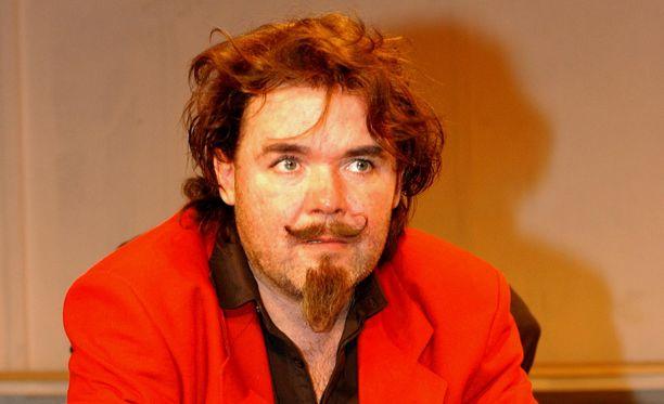 Leo Raivio Vetoapua ja läheltä piti - tilanteita -näytelmän harjoituksissa vuonna 2003.