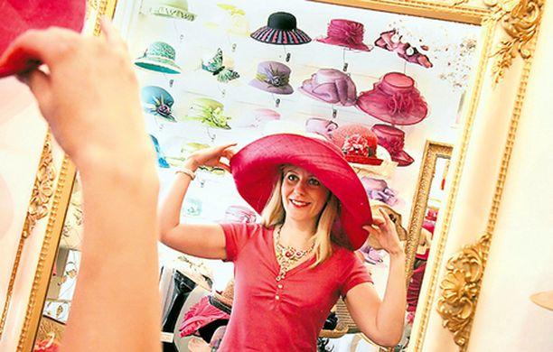 Sopivin ja pukevin hattu löytyy vain sovittamalla. Helena Toivon päässä oleva reilu lierihattu suojaa kasvojen lisäksi myös hartiat auringolta, 70 €.