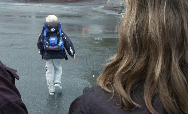Lapsi pitää pystyä paikantamaan jotenkin, esimerkiksi kouluun tai asuinpaikkaan. Kuvituskuva.