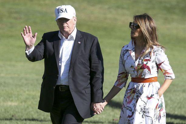 Presidenttipari kuvattiin kesällä käsikkäin. Melania on noussut otsikoihin edustusmatkoilla, joilla hän ei ole suostunut tarttumaan miestään kädestä tämän yrityksistä huolimatta.
