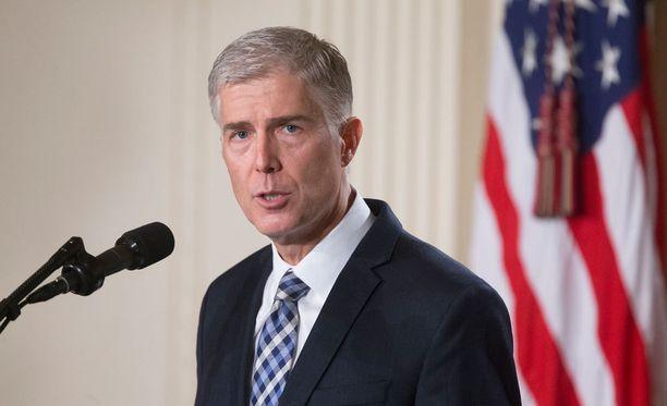 Korkeimman oikeuden tuomarin valitseminen on yksi Yhdysvaltojen presidentin tärkeimmistä tehtävistä. Yhdysvaltojen presidentti Donald Trump on nimittänyt tuomari Neil Gorsuchin ehdokkaakseen korkeimman oikeuden tuomariksi.