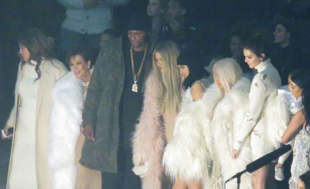 Yliannostuksesta toipunut Lamar Odom osallistui torstaina Kanye Westin muotinäytökseen New Yorkissa.