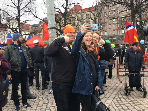 Li Andersson poseerasi kannattajiensa kanssa Helsingin Rautatientorilla keskiviikkona. Andersson sanoi Iltalehdelle ennen puhettaan, että Suomi tarvitsee tasa-arvoherätyksen. Työkaluina Andersson käyttäisi tasa-arvoeriä ja palkkatasa-arvo-ohjelmaa.