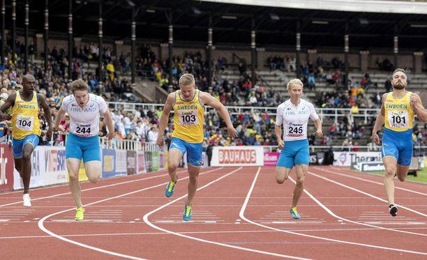 Samuel Purola (toinen vasemmalta) oli Samuli Samuelssonia (toinen oikealta) nopeampi miesten 200 metrillä.