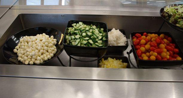 Koulun salaattipöytä.